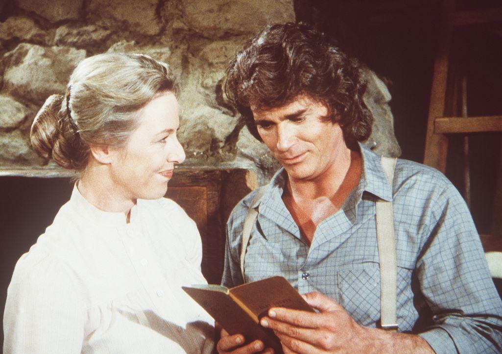 Caroline (Karen Grassle, l.) zeigt ihrem Mann Charles (Michael Landon, r.) das Sparbuch, in dem sich trotz der Beschäftigung einer Hilfskraft das Gu... - Bildquelle: Worldvision