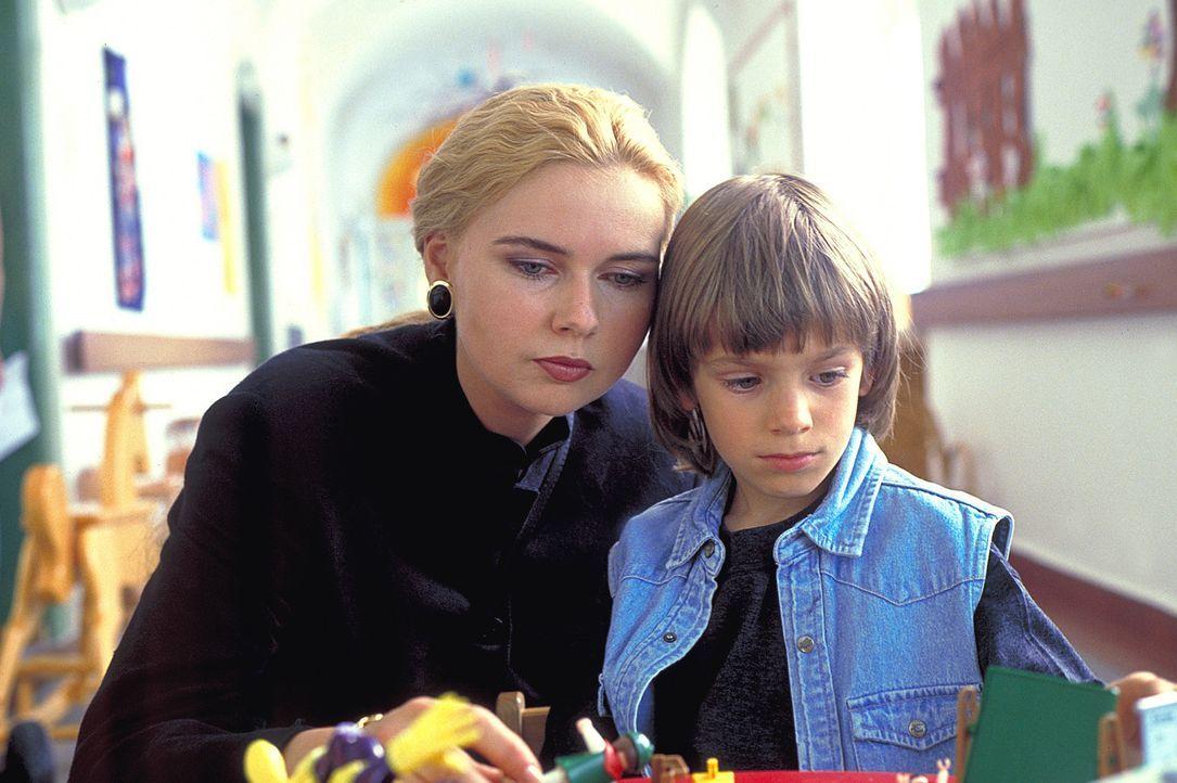 Skrupellos setzt Ingrid (Veronica Ferres, l.) alles ein, um den elfjährigen Philpp (Mitja Daniel Krebs, r.) auf ihre Seite zu ziehen ... - Bildquelle: Kaysser ProSieben