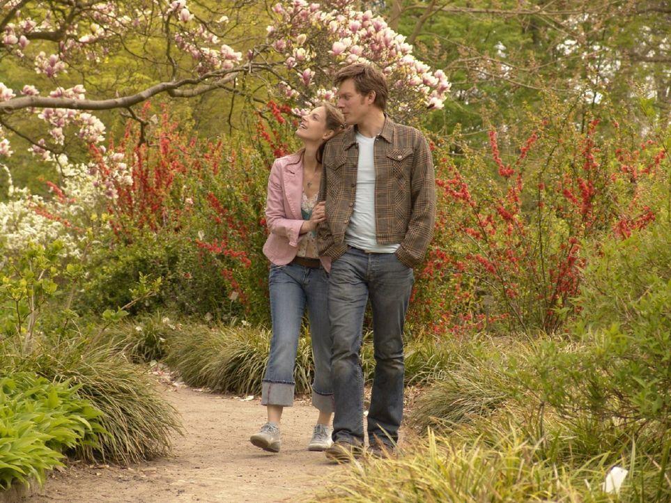 Andrea (Marie Zielcke, l.) genießt die wenigen glücklichen Momente mit ihrem Freund Elias (Steffen Schroeder, r.), der in London arbeitet. - Bildquelle: Volker Roloff Sat.1