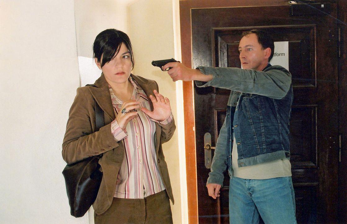 Jörg Bauer (Thorsten Merten, r.) wird von Kommissar Wolff verfolgt und bedroht die zufällige Passantin Anke (Jasmin Tabatabai, l.). - Bildquelle: Claudius Pflug Sat.1
