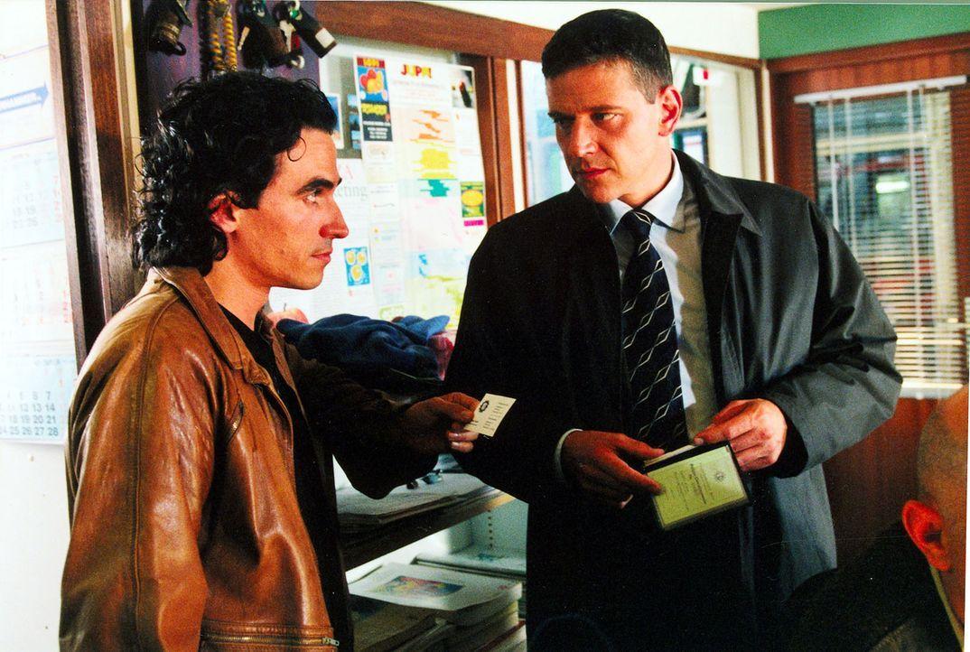 Taube (Christian M. Goebel, r.) will von seinem ehemaligen Kollegen beim BKA, Jan Holting (Diego Wallraff, l.), wissen, was er mit der Pokerrunde zu... - Bildquelle: Diane Krüger Sat.1