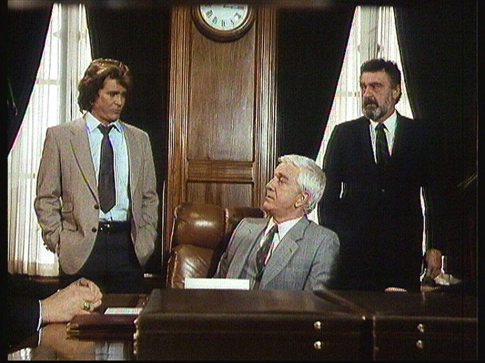 R. R. Benson (Leslie Nielsen, M.), der reichste und mächtigste Mann der Stadt, stellt Jonathan (Michael Landon, l.) und Mark (Victor French, r.) als... - Bildquelle: Worldvision Enterprises, Inc.