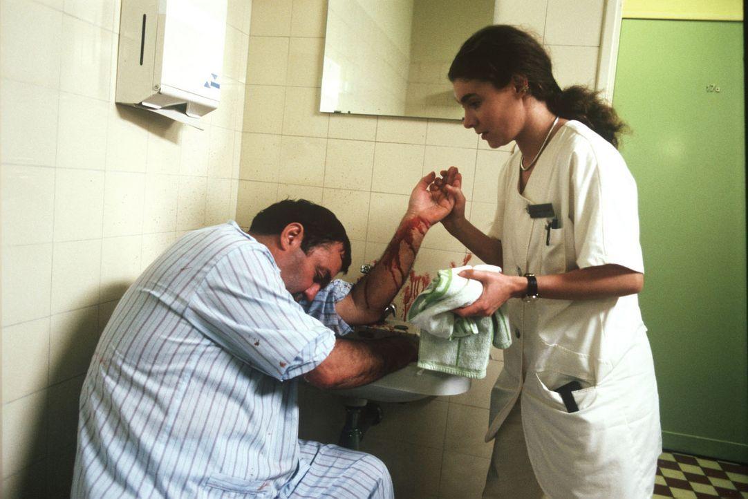 Stefanie (Kathrin Waligura, r.) behandelt den Patienten Wolfgang Minden (Günter Schubert, l.), der auf der Station einen Selbstmordversuch unternom... - Bildquelle: Noreen Flynn Sat.1