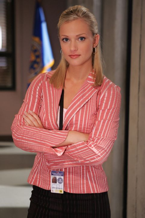 "(1. Staffel) - Mitglied der B.A.U., einer FBI-Einheit, die sich mit verhaltensauffälligen Tätern beschäftigt:  Jennifer ""J.J."" Jareau (A.J. Cook) ..... - Bildquelle: 2004 Touchstone Television. All rights reserved. NO ARCHIVE. NO RESALE."