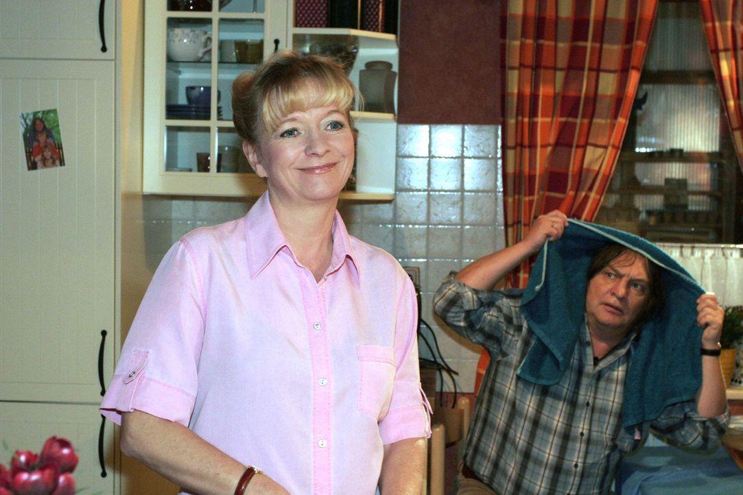 Helga sinniert über das anstehende Rendezvous von Lisa und Rokko und hofft, dass die beiden einen schönen Abend verbringen. v.l.n.r.: Helga (Ulrike... - Bildquelle: Monika Schürle Sat.1