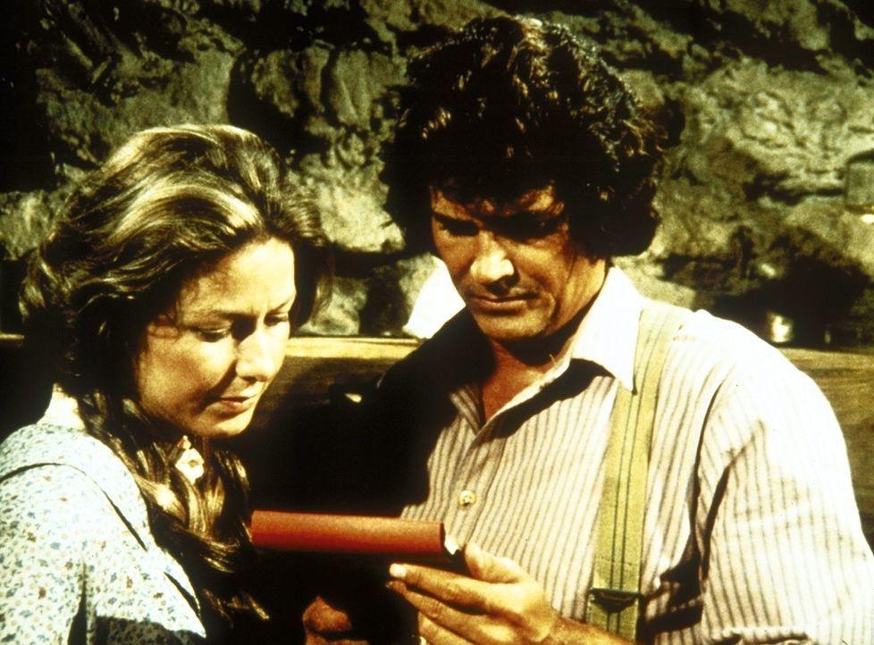 Caroline (Karen Grassle, l.) und Charles (Michael Landon, r.) lesen einen Brief ihrer verschwundenen Tochter Laura. - Bildquelle: Worldvision