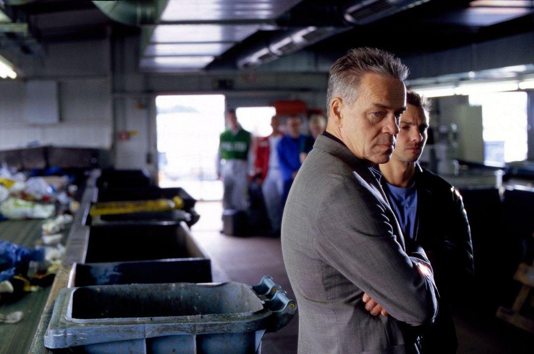 Kommissar Wolff (Jürgen Heinrich, l.) und Tom Bergmann (Steven Merting, r.) werden in eine Mülltrennungsanlage gerufen, wo die Leiche eines Babys en... - Bildquelle: Leslie Haslam Sat.1
