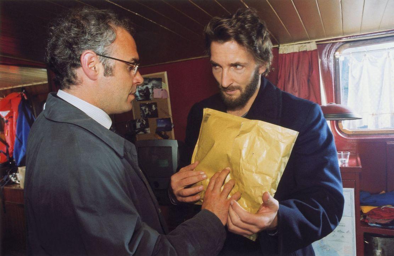Hofmann (Jophi Ries, l.) übergibt seinem Ex-Partner Novak (Mark Keller, r.) einen Umschlag mit Geld. Nur so kann er scheinbar Novak dazu bewegen, wi... - Bildquelle: Volker Roloff Sat.1