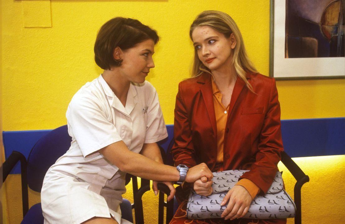 Stephanie (Claudia Schmutzler, l.) tröstet das Fotomodel Sally (Julia Biedermann, r.), das sich elend fühlt und plötzlich einen unangenehmen Haut... - Bildquelle: Noreen Flynn Sat.1