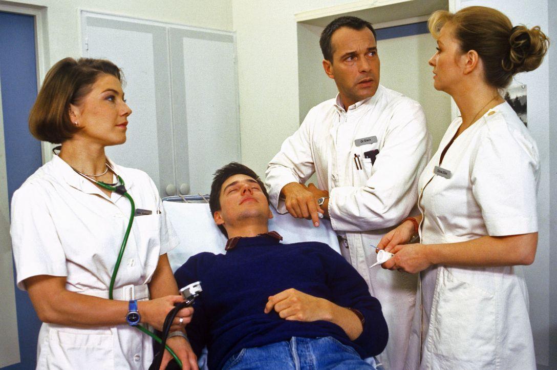Zivi Carl (Martin Kluge, 2.v.l.) ist plötzlich zusammengebrochen. Stephanie (Claudia Schmutzler, l.), Dr. Stein (Christoph Schobesberger, 2.v.r.) u... - Bildquelle: Noreen Flynn Sat.1