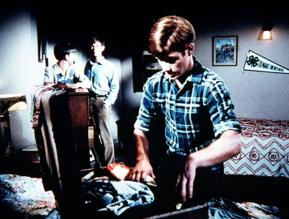 Traurig sehen Jim-Bob (David W. Harper, hinten l.) und Jason (Jon Walmsley, hinten r.) ihrem Bruder Ben (Eric Scott, r.) beim Packen zu. Dieser verl... - Bildquelle: WARNER BROS. INTERNATIONAL TELEVISION