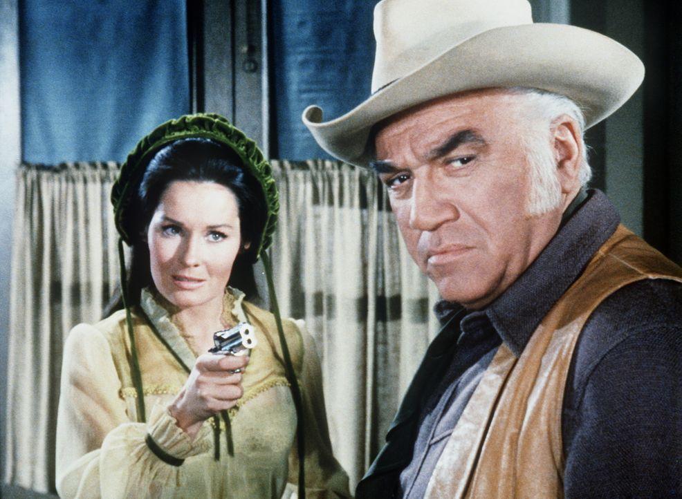 April Horn (Marj Dusay, l.) hat sich Ben Cartwrights (Lorne Greene, r.) Vertrauen erschlichen und überfällt nach Ladenschluss die Bank von Virginia... - Bildquelle: Paramount Pictures