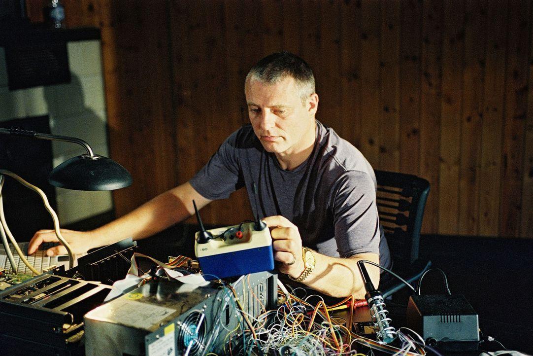 Brunner (Filip Peeters) hat sich während seiner Haft die Computerkenntnisse angeeignet, die er braucht, um die elektronische Fußfessel zu manipulier... - Bildquelle: Wolfgang Jahnke Sat.1