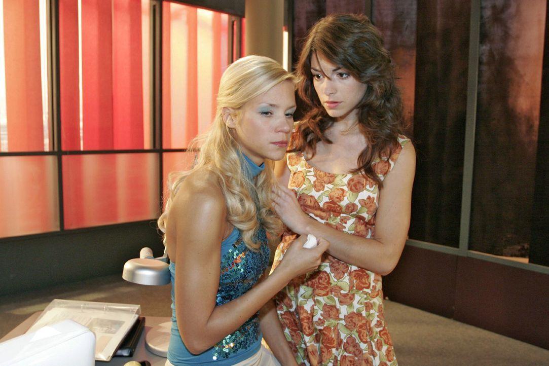 Die aufgewühlte Sabrina (Nina-Friederike Gnädig, l.) kann Richards Verhalten nachvollziehen - und verteidigt ihn gegenüber Mariella (Bianca Hein, r.... - Bildquelle: Noreen Flynn Sat.1
