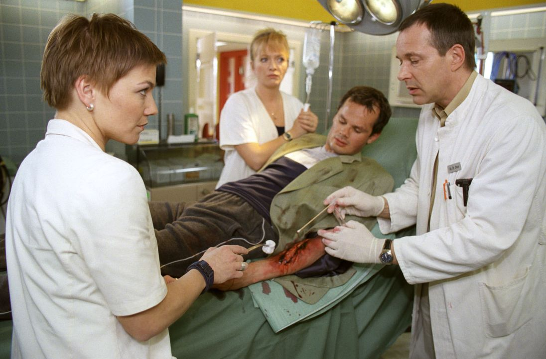 Stephanie (Claudia Schmutzler, l.), Schwester Elke (Ulrike Mai, 2.v.l.) und  Dr. Stein (Christoph Schobesberger, r.) behandeln Teddy Friedländer (Ma... - Bildquelle: Noreen Flynn Sat.1