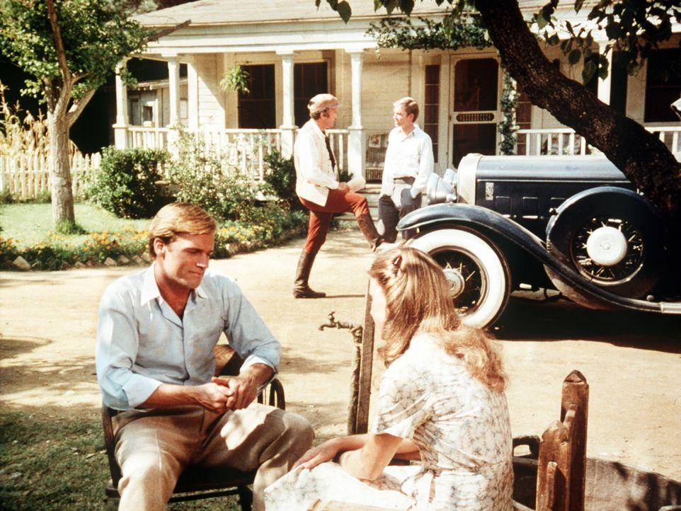 Ein Filmteam dreht in Waltons Mountain einen Film über die Bewohner. Mary Ellen (Judy Norton-Taylor, r.) freundet sich mit Todd Clarke (Stephen Coll... - Bildquelle: WARNER BROS. INTERNATIONAL TELEVISION