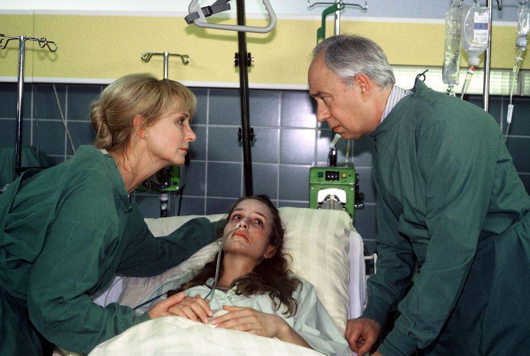 Die schwer kranke Isabell Gattmann (Lara Joy Körner, M.) schöpft Hoffnung, als ihre Mutter Barbara (Diana Körner, l.) ihr von einer neuen Versuch... - Bildquelle: Noreen Flynn Sat.1