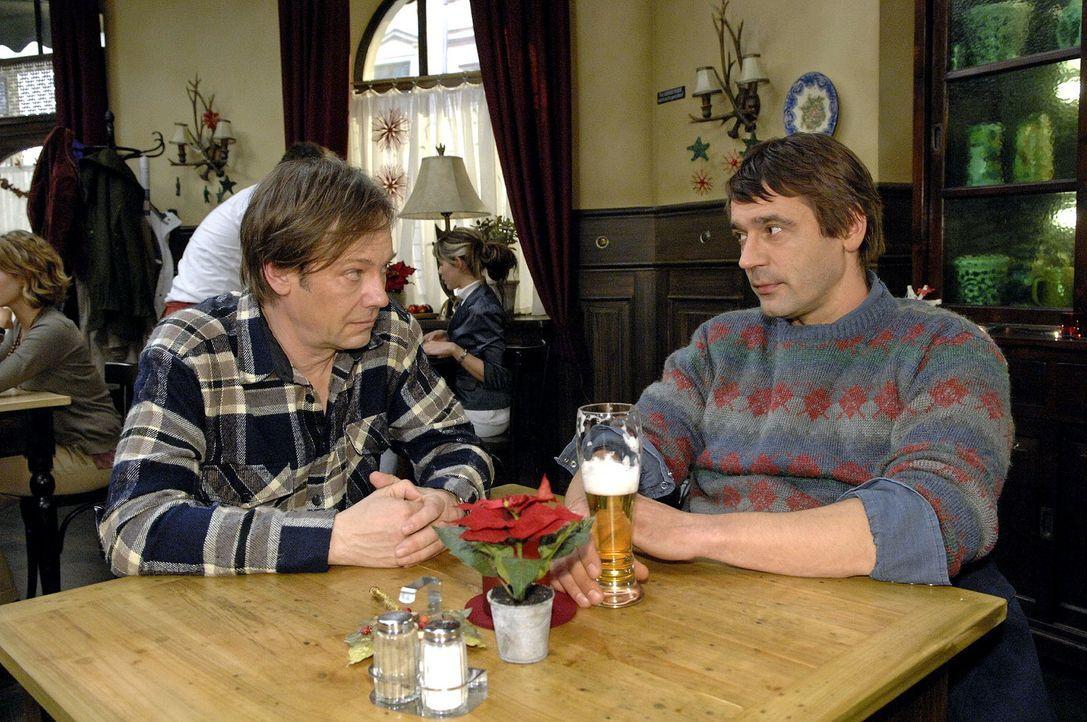 Jaecki (Uli Drewes, r.) spielt ein doppeltes Spiel und erpresst nach Ulrich auch noch Armin (Rainer Will, l.). - Bildquelle: Claudius Pflug Sat.1
