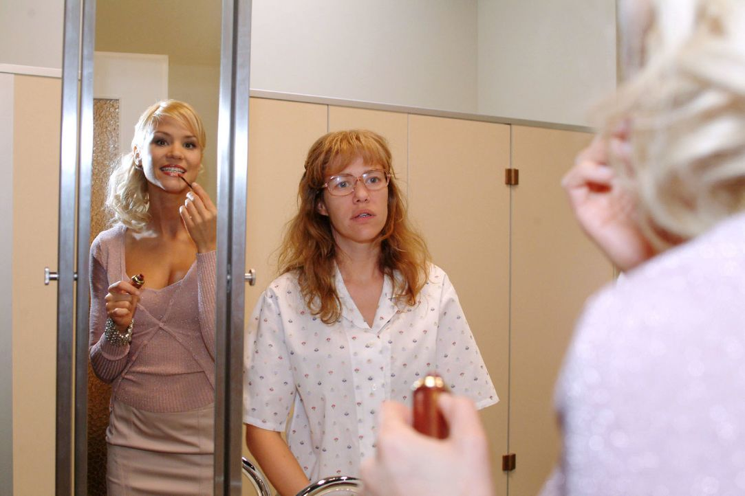 Interessiert beobachtet Lisa (Alexandra Neldel, l.) Sabrina (Nina-Friederike Gnädig, r.) beim Schminken: Sie weiß, dass sie sich äußerlich verändern... - Bildquelle: Monika Schürle Sat.1
