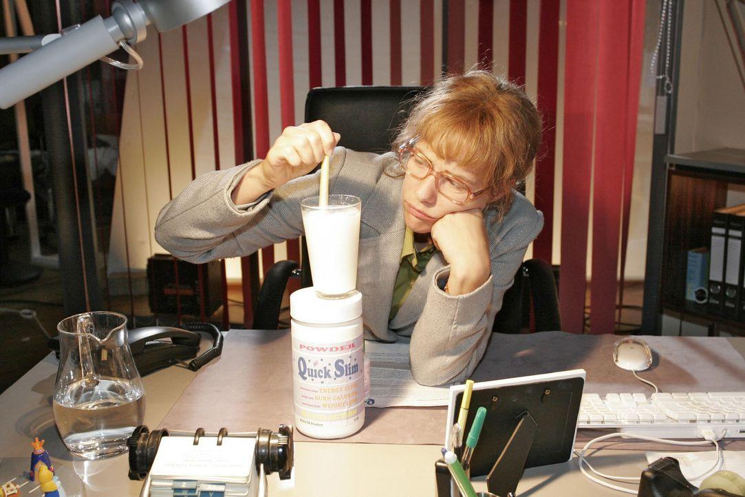 Lisa (Alexandra Neldel) entschließt sich zu einer Diät - und dafür, das Nahrungsersatzmittel zu nehmen ... (Dieses Foto von Alexandra Neldel darf nu... - Bildquelle: Noreen Flynn Sat.1
