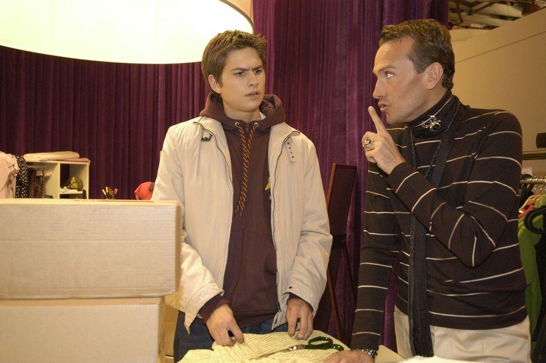 Timo (Matthias Dietrich, l.) ist überrascht, dass Hugo (Hubertus Regout, r.) ihm dabei hilft, dass er für eine private Tour den Firmenwagen nehmen k... - Bildquelle: Noreen Flynn Sat.1