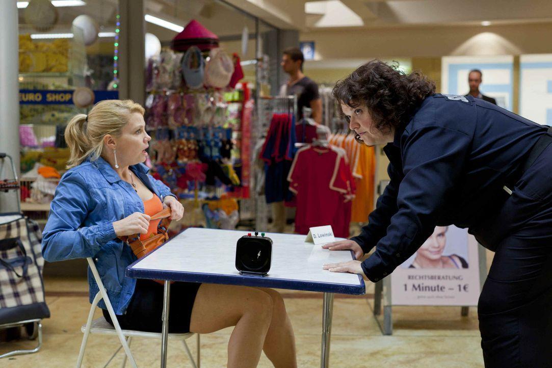 Während Danni (Annette Frier, l.) von Josh total begeistert ist, hat die neue Security-Frau Svenja (Sabine Orléans, r.) eher ein Problem mit ihm ... - Bildquelle: Frank Dicks SAT.1