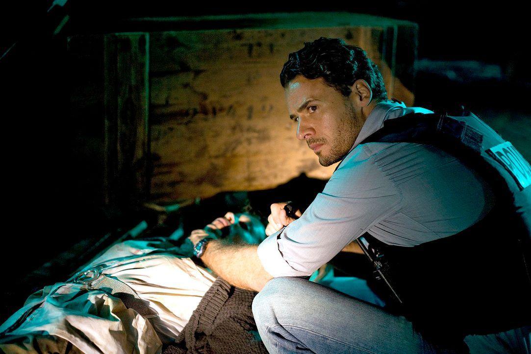 Maik (Stephan Luca, r.) entdeckt die Entführte (Babette Schimanek, l.) in einem ehemaligen Luftschutzbunker. - Bildquelle: Richard Hübner Sat.1