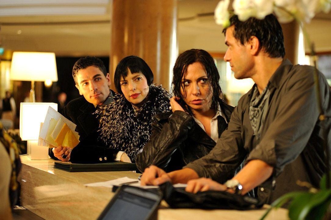 Verena (Simone Thomalla, 2.v.r.) kommt mit Leon (Kai Schumann, r.) in ihrem Hotel an und trifft auf Estella Da Silva (Helen Schneider, 2.v.l.) mit i... - Bildquelle: Hardy Spitz Sat.1