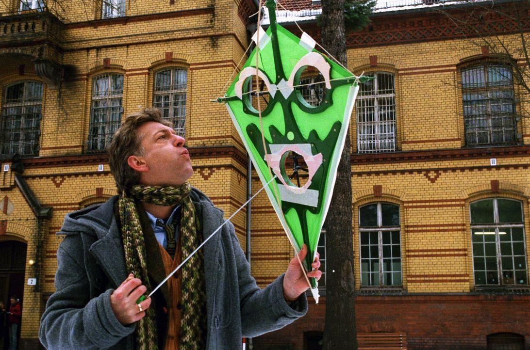 Während seines Aufenthalts in der psychiatrischen Klinik entwickelt Max (Dominic Raacke) einen Drachen, der auch bei Windstille von einem festen Sta... - Bildquelle: Volker Roloff Sat.1