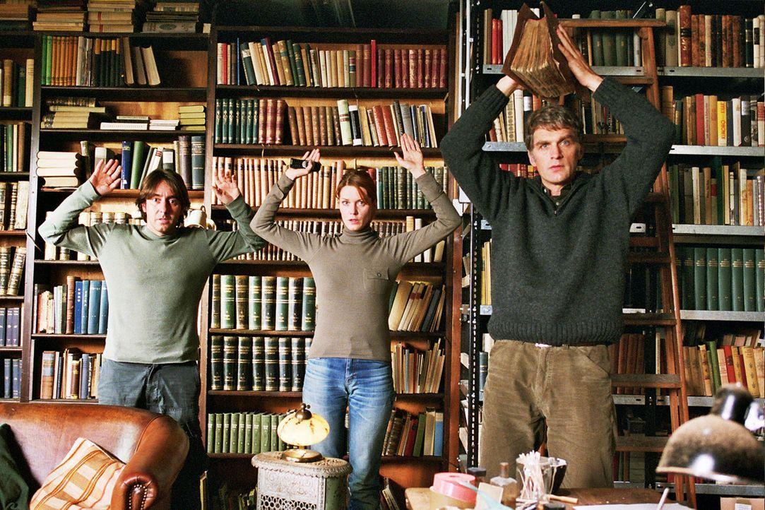Max Kerner (Walter Sittler, r.) und seine beiden Komplizen René (Dieter Landuris, l.) und Sandra (Esther Schweins, M.) werden in der Bibliothek über... - Bildquelle: Jacqueline Krause-Burberg Sat.1