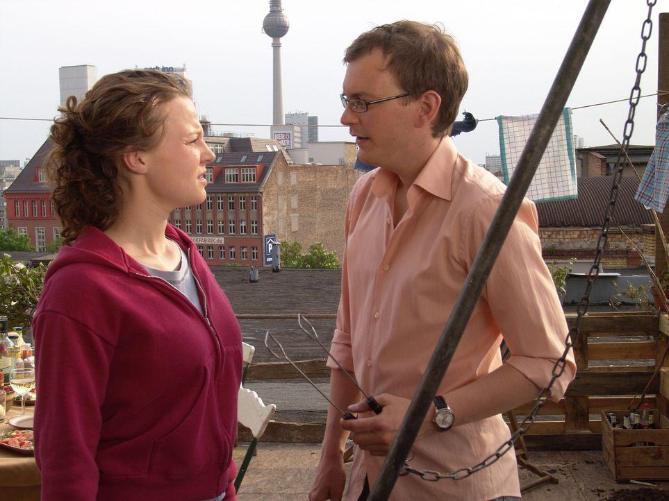 Erst spät rückt Constantin (Daniel Krauss, r.) bei Leo (Maria Simon, l.) mit der Wahrheit raus ... - Bildquelle: Volker Roloff ProSieben