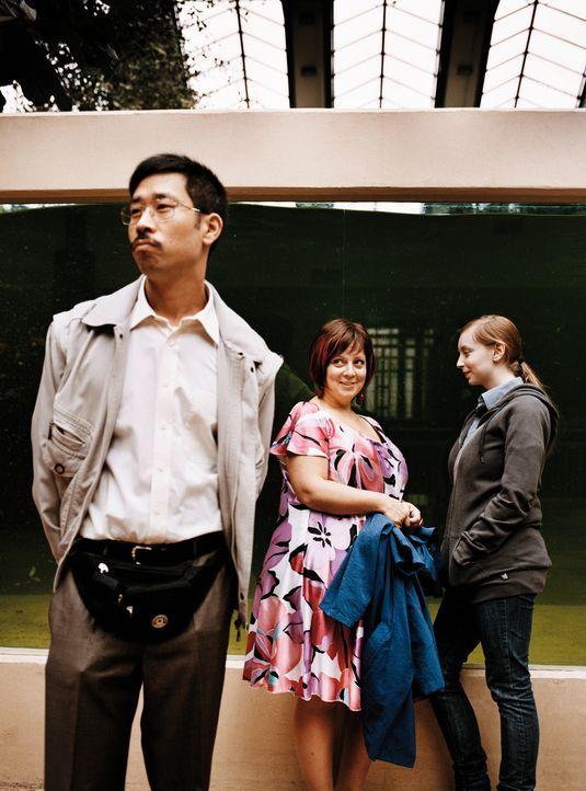 Dank des freundlichen Vietnamesen Tien (III-Young Kim, l.) und ihrer Tochter Julia (Natascha Lawiszus, r.) hat Kathi (Gabriela Maria Schmeide, M.) w... - Bildquelle: Constantin Film