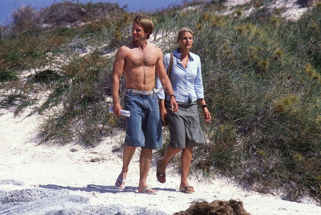 In Coral Edge angekommen, macht Elena zuerst Bekanntschaft mit Sunny Boy Kyle Bickham (Julian Weigend, l.). Das Mitglied der Forschungsstation zeigt... - Bildquelle: Megan Lewis Sat.1