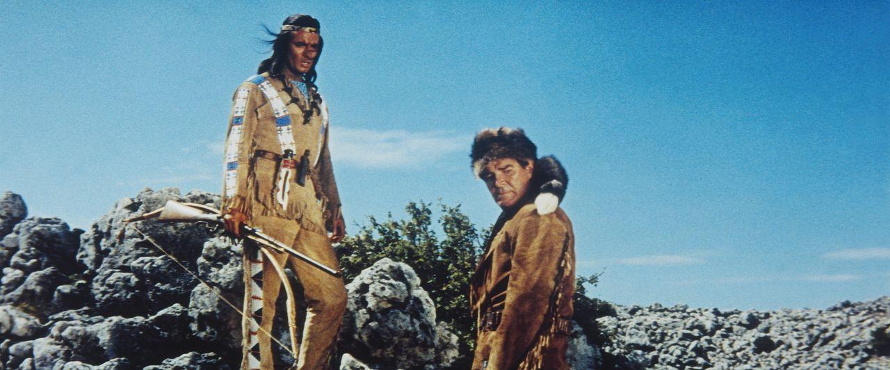 Wieder einmal ist es Winnetou (Pierre Brice, l.) und Old Firehand (Rod Cameron, r.) gelungen, der Gerechtigkeit zum Sieg zu verhelfen ... - Bildquelle: Tobis Film