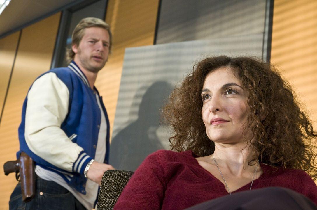 Schon sehr schnell erkennt die Polizeipsychologin Tanja Haffner (Proschat Madani, r.), dass Mick (Henning Baum, l.) bei den Therapiesitzungen gerne... - Bildquelle: Martin Rottenkolber SAT.1