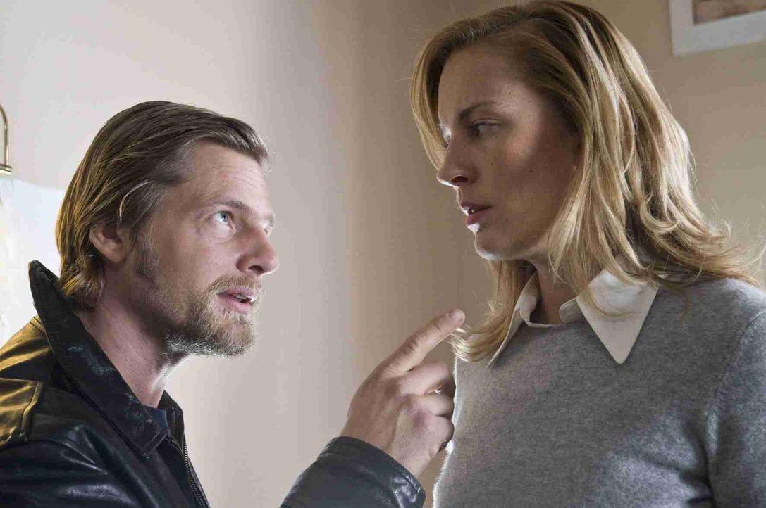 Mick (Henning Baum, r.) hegt einen Verdacht: Die Haushälterin Sylvia Hosak (Lilian Klebow, r.) ist an einem Komplott beteiligt, das den blinden Unte... - Bildquelle: Martin Rottenkolber SAT. 1
