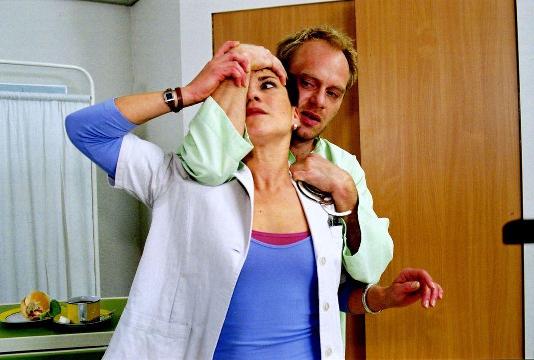 Stephanie (Claudia Schmutzler, l.) wird von dem Untersuchungshäftling Keitel (Reiner Strecker, r.) überwältigt. - Bildquelle: Noreen Flynn Sat.1