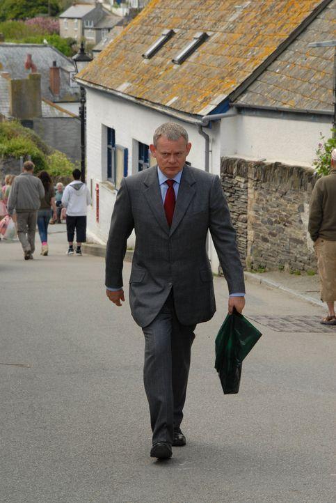 Seit er die Hochzeit mit Louisa abgesagt hat, fragt sich Doc Martin (Martin Clunes) immer mehr, was ihn noch in Cornwall hält. Doch vor dem Weggang... - Bildquelle: BUFFALO PICTURES/ITV