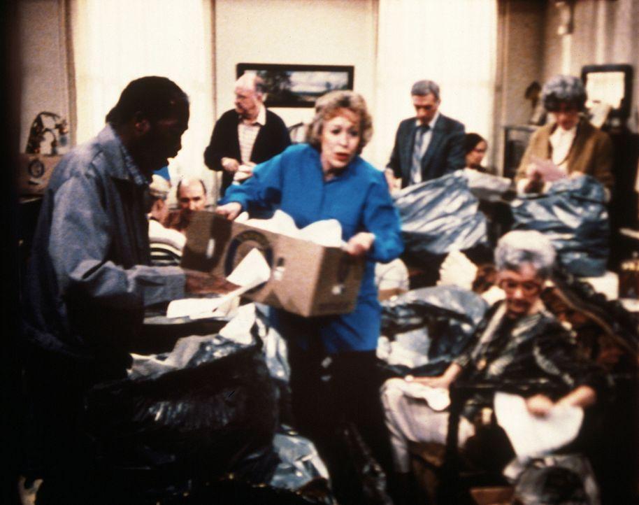 In einer Flut von Papierabfällen suchen Helen (Eileen Heckart, M.) und ihre Helfer nach einer verräterischen Spur. - Bildquelle: Worldvision Enterprises, Inc.