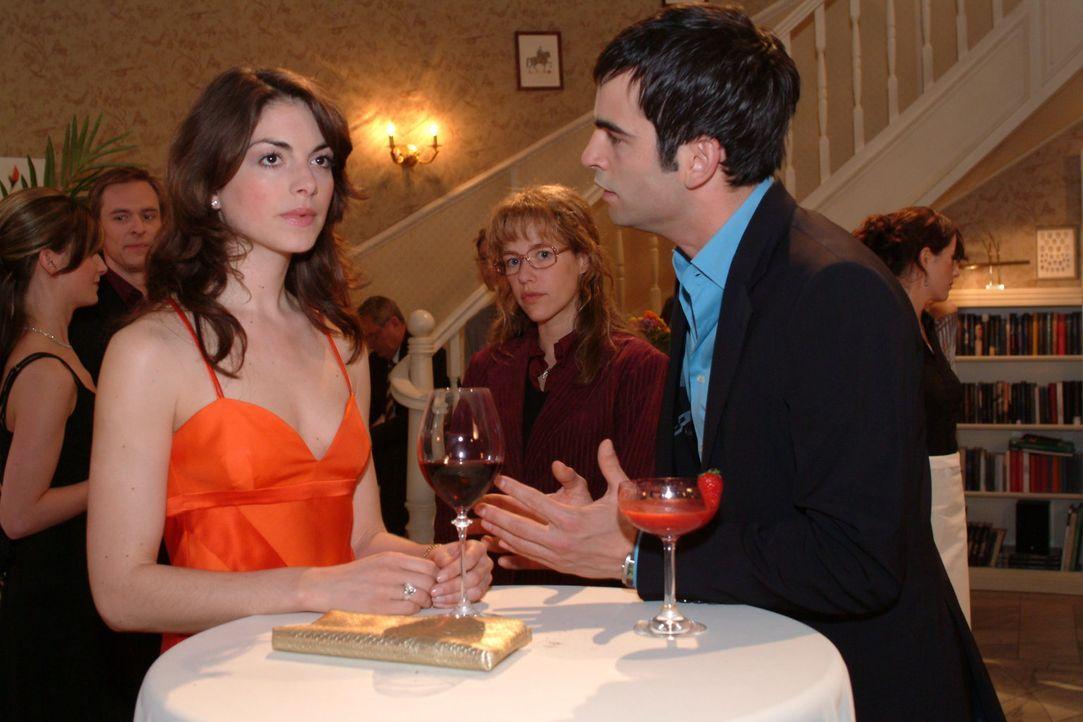Auf der Party beobachtet Lisa (Alexandra Neldel, M.), wie Mariella (Bianca Hein, l.) und David (Mathis Künzler, r.) miteinander streiten. (Dieses Fo... - Bildquelle: Monika Schürle Sat.1