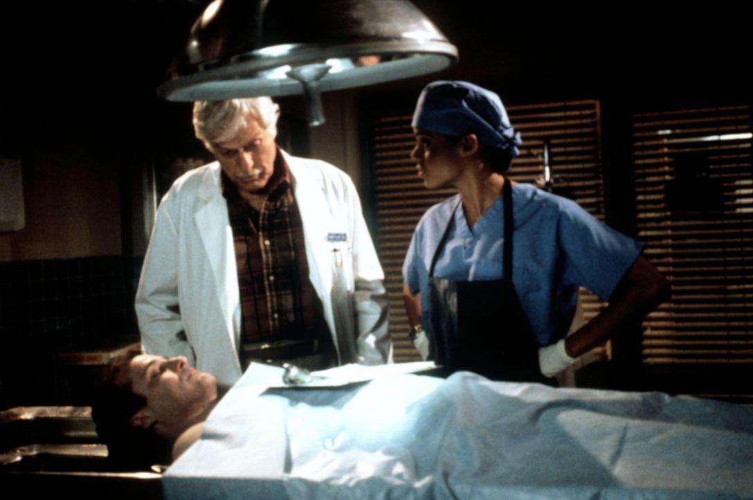 Dr. Mark Sloan (Dick Van Dyke, M.) und Amanda (Victoria Rowell, r.) haben bei der Autopsie des Unfallopfers Fred Talisker (Spike Silver, l.) einige... - Bildquelle: Viacom