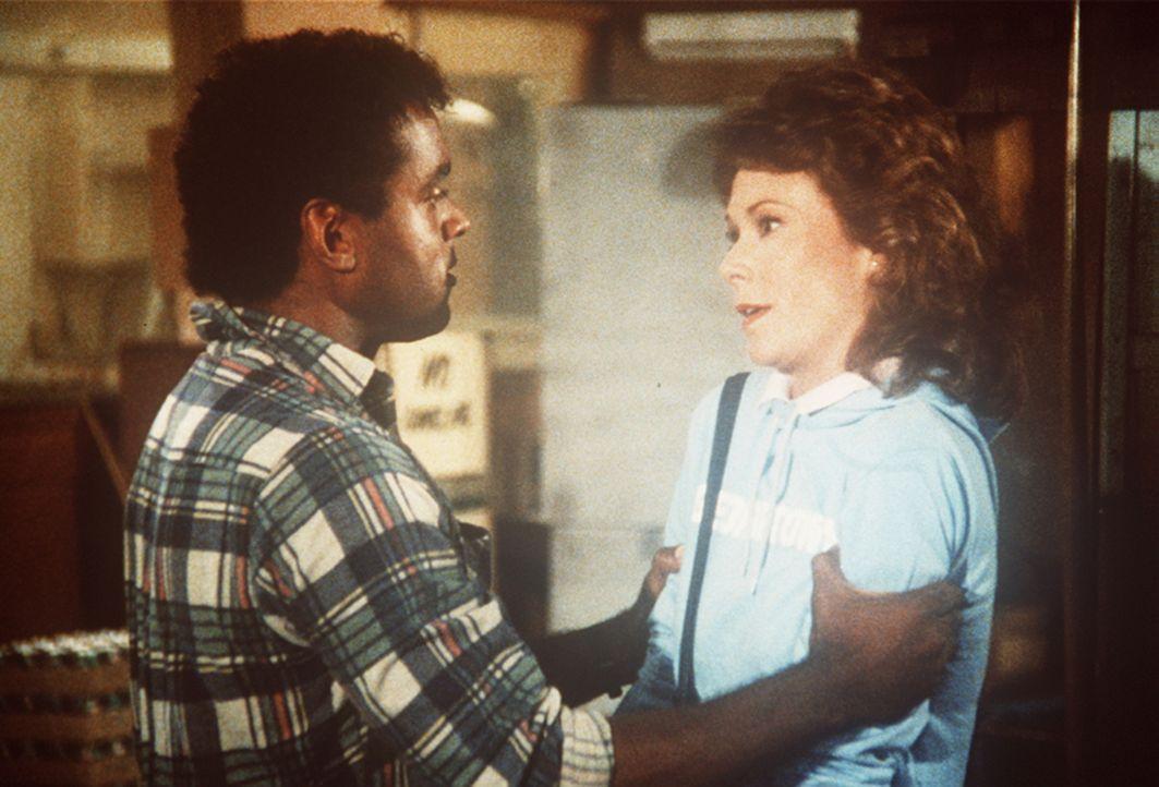 Die Lage wird für Amanda (Kate Jackson, r.) ziemlich kritisch, als der Hehler Sykes (Randy Brooks, l.) droht, sie zu ermorden. Ein mörderischer Wett...