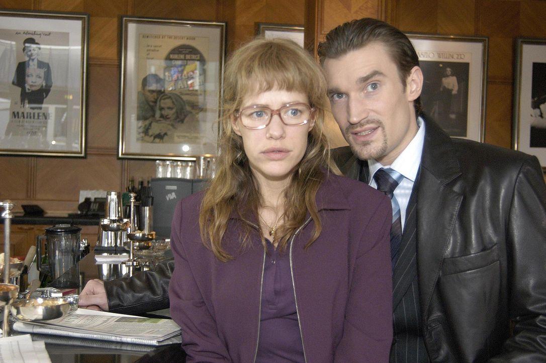 Lisa (Alexandra Neldel, l.) ist dahinter gekommen, dass Richard von Brahmberg (Karim Köster, r.) gegen David eine Intrige plant, und wird nun von ih... - Bildquelle: Noreen Flynn Sat.1