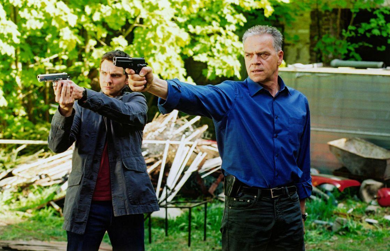 Kommissar Wolff (Jürgen Heinrich, r.) und Tom (Steven Merting, l.) stellen die Geiselnehmer, dabei verletzt Wolff den holländischen Kidnapper Huub G... - Bildquelle: Claudius Pflug Sat.1