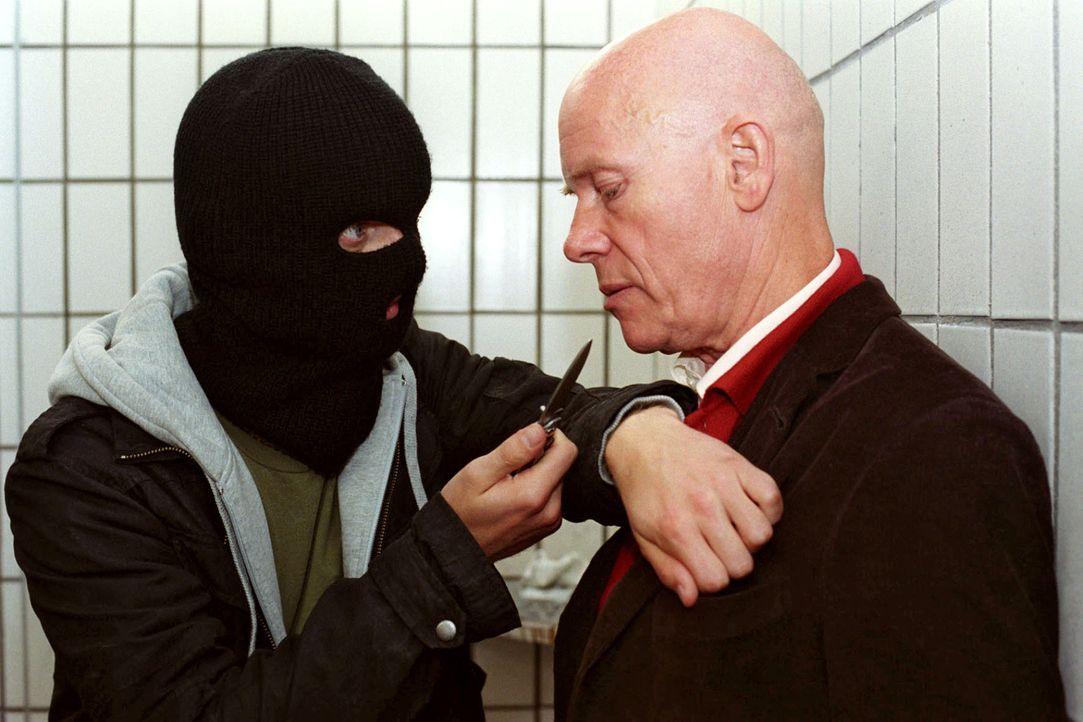 Haupt (Christoph Quest, r.) wird von einer Maskierte mit einem Messer bedroht. - Bildquelle: Thekla Ehling Sat.1