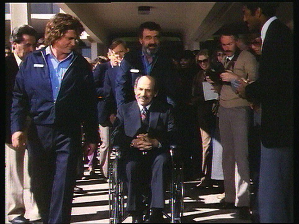 Nach seiner Herztransplantation präsentieren Jonathan (Michael Landon, l.) und Mark (Victor French, M.) ihren Schützling Everett Soloman (Herschel B... - Bildquelle: Worldvision Enterprises, Inc.