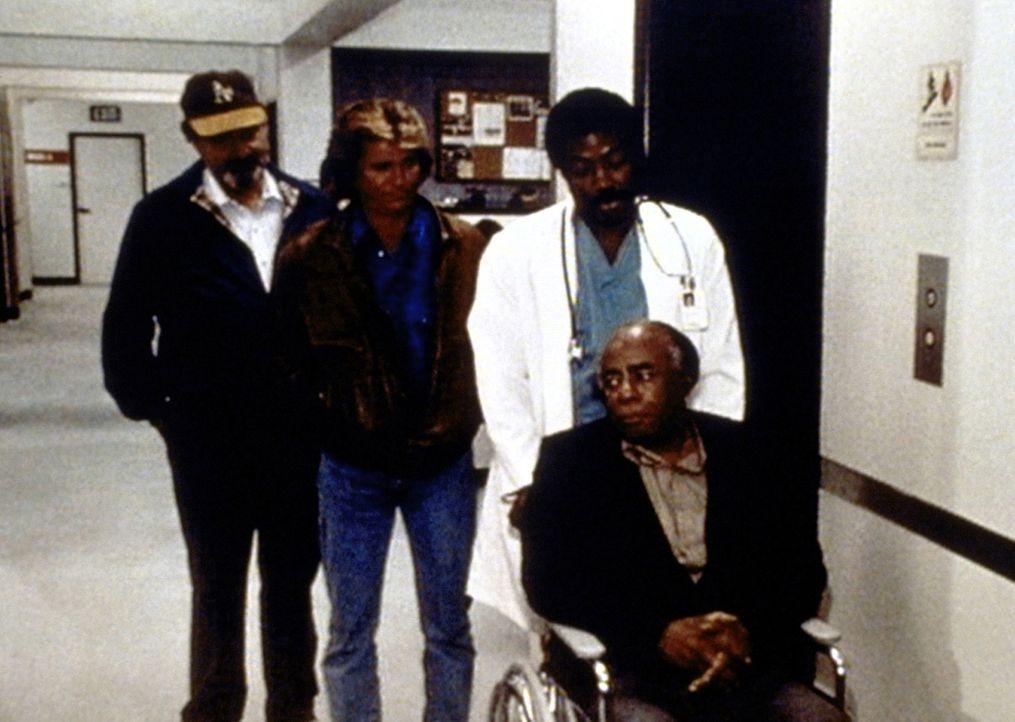 Mark (Victor French, l.), Jonathan (Michael Landon, 2.v.l.) und Dr. Sims (James Reynolds, 2.v.r.) kümmern sich um den herzkranken Dr. Hudsbeth (Rosc... - Bildquelle: Worldvision Enterprises, Inc.