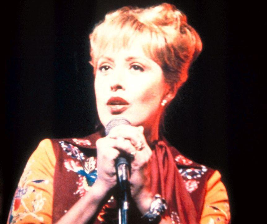 Patsy Maynard (Ronee Blakeley) feiert ihr Comeback in Charlies Kneipe. - Bildquelle: Worldvision Enterprises, Inc.