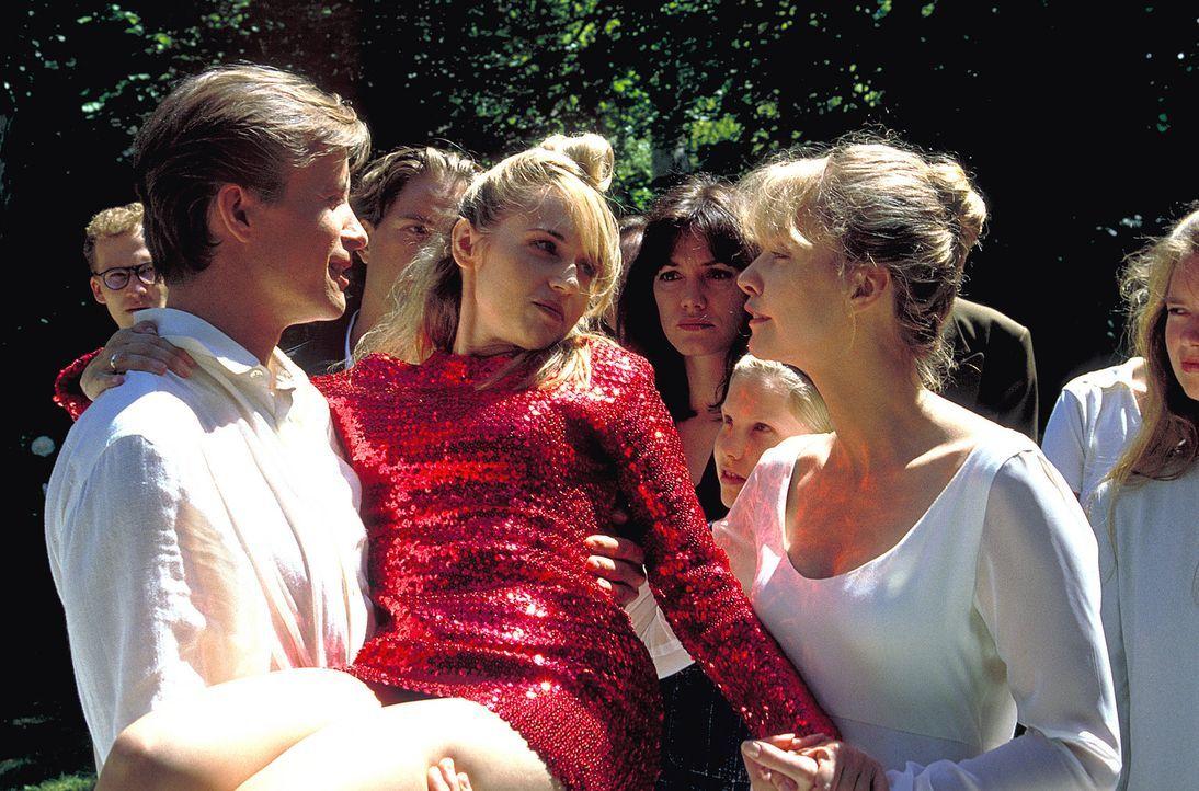 An ihrem Hochzeitstag mit Lenas (Claudia Messner, r.) Jugendfreund Kai (Axel Wandtke, l.) bricht Meike (Anica Dobra, M.) zusammen. Im Krankenhaus er... - Bildquelle: A. Kiermeier ProSieben