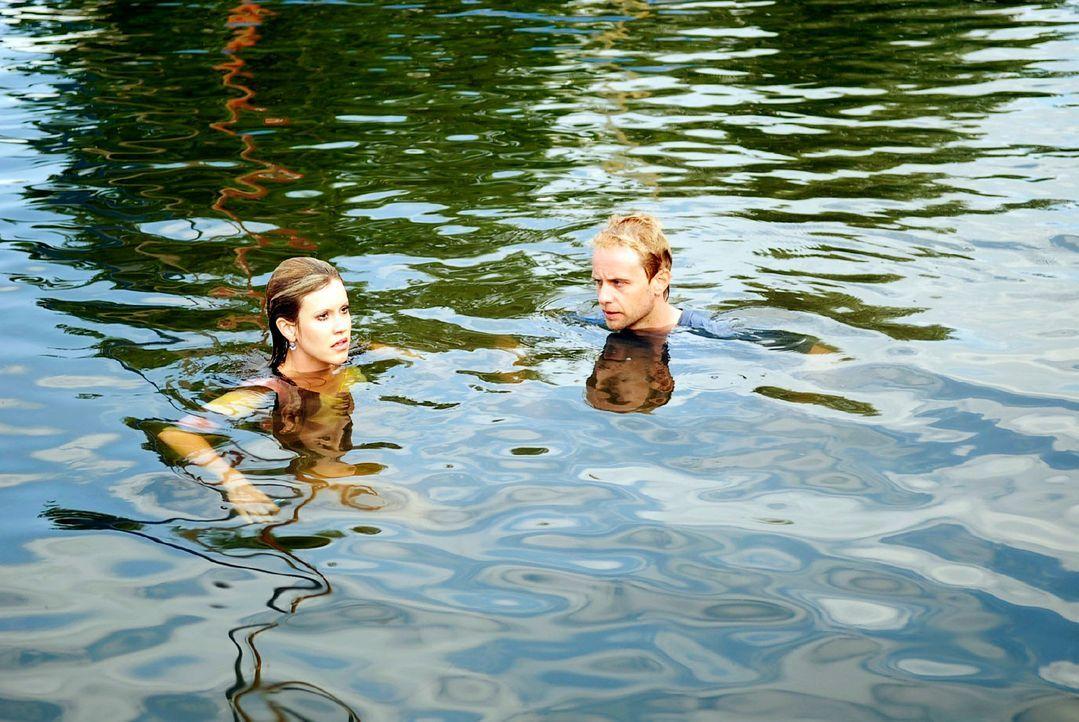 Landen samt Scheidungspapieren im Wasser: Jackie (Wolke Hegenbarth, l.) und Tom (Julian Weigend, r.) ... - Bildquelle: M. Krumwiede Sat.1